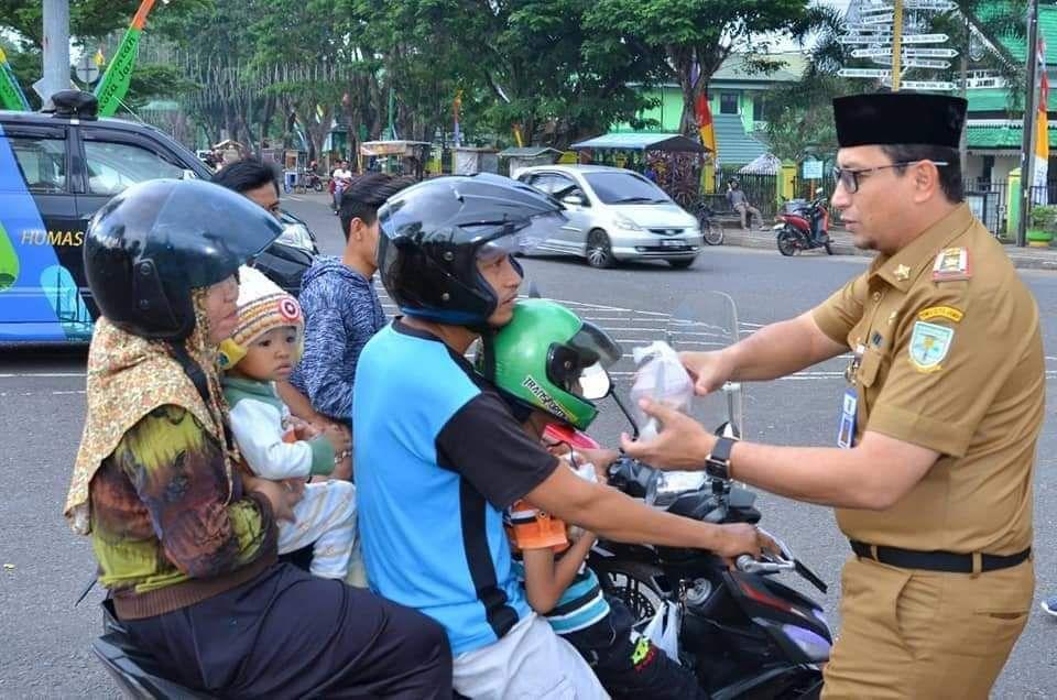 Kabag humas kota memberikan takjil gratis