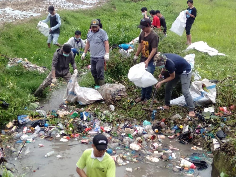 HPKS saat mengadakan aksi sosial gotong royong bersama di Lima Desa Kedepatian Semerap, Kecamatan Keliling Danau, Kabupaten Kerinci
