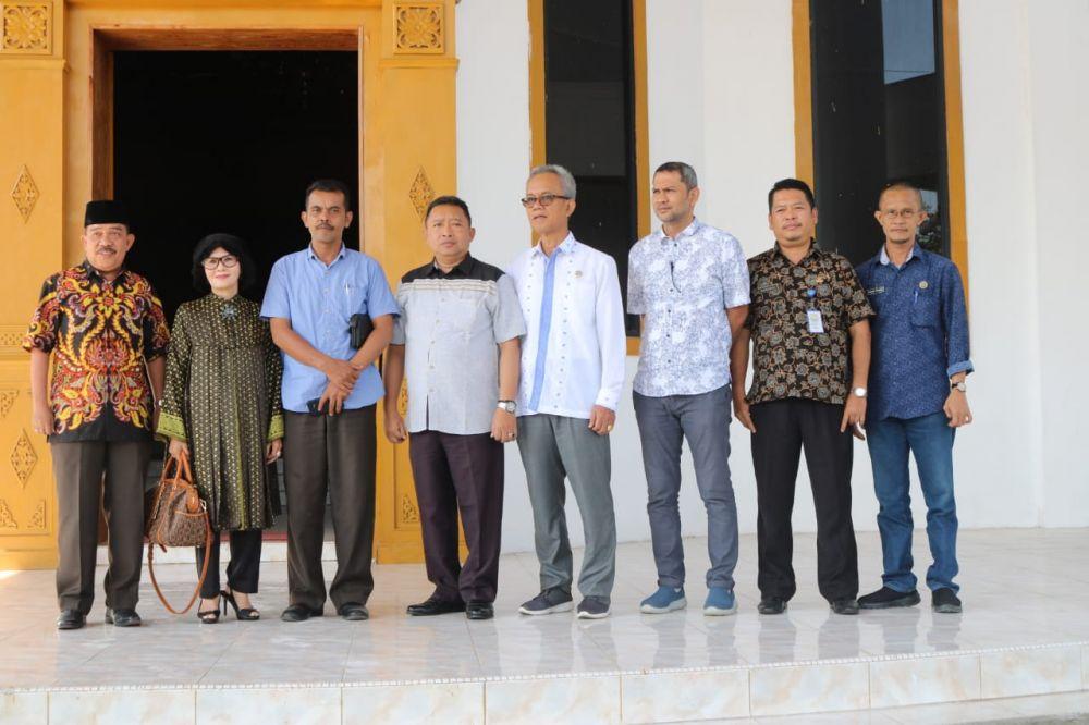 Ketua Komisi I foto bersama usai kunjungan.