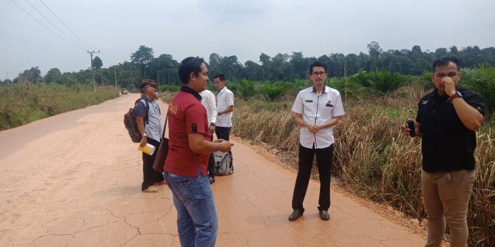 Kabid Bina Marga Dinas PUPR Kabupaten Batanghari, A Shomad mengecek jalan Sridadi.