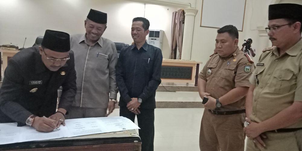 Wabup, H Hillalatil Badri menandatangani kesepakatan bersama pimpinan DPRD,H Muhammad Syaihu dan Amir Mahmud