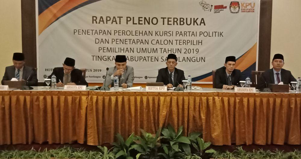 KPU sarolangun melaksanakan rapat pleno terbuka penetapan perolehan kursi partai politik dan penetapan calon terpilih Pemilihan Umum Tahun 2019 tingkat Kabupaten Sarolangun, Senin (12/8) bertempat di Abadi Hotel.