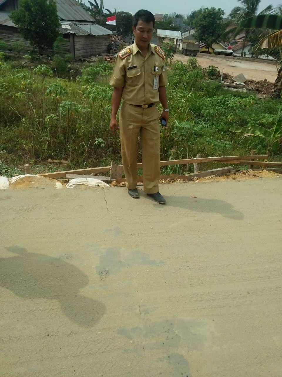 Jalan rifit beton yang  patah padahal baru dibangun.