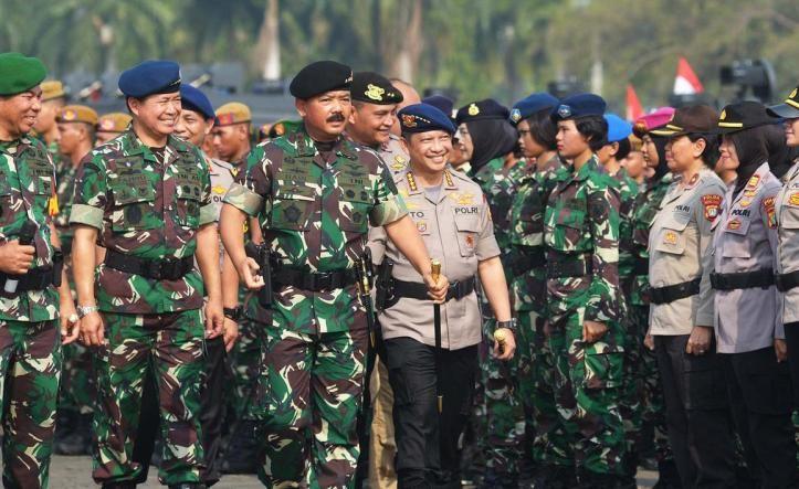 Panglima TNI Marsekal Hadi Tjahjanto dan Kapolri Jenderal Tito Karnavian memeriksa pasukan seusai apel pasukan TNI-Polri untuk pengamanan menjelang pelantikan Presiden dan Wakil Presiden terpilih di Silang Monas.
