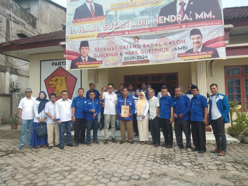 Tim pemenangan Bakri mengambil formulir di Gerindra