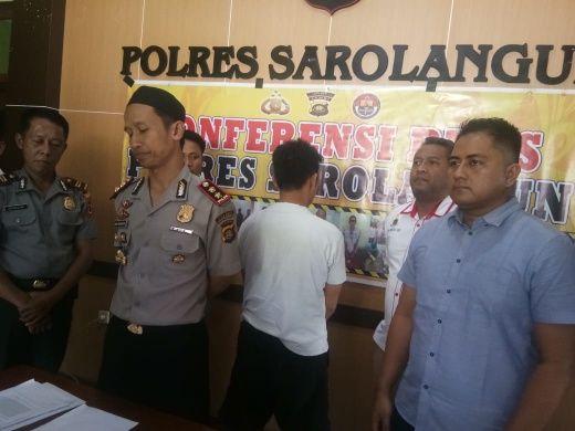 AKBP Deni Heryanto saat memberikan keterangan pers didampingi Kasat Reskrim.