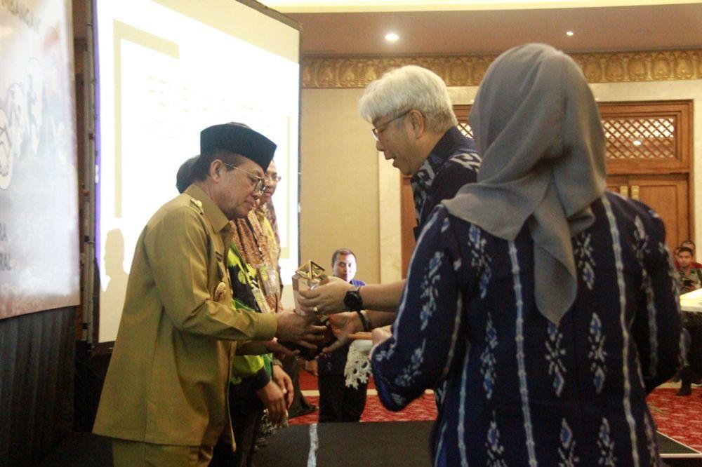Gubernur Jambi, Dr.Drs.H.Fachrori Umar,M.Hum raih penghargaan Subroto 2019 dari Kementerian ESDM, Terbaik III Bidang Kepatuhan PNBP Mineral dan Batubara (Daerah Pengelolaan Dana Bagi Hasil Terbaik).
