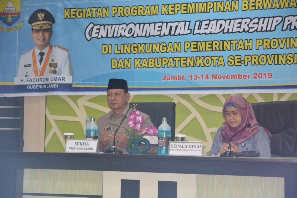 Pembukaan Kegiatan Program Kepemimpinan Berwawasan Lingkungan (Environmental Leadership Programme) di Lingkungan Pemerintah Provinsi Jambi dan Kabupaten/Kota se Provinsi Jambi, di Aula Dinas Lingkungan Hidup Daerah Provinsi Jambi, Rabu (13/11) pagi.