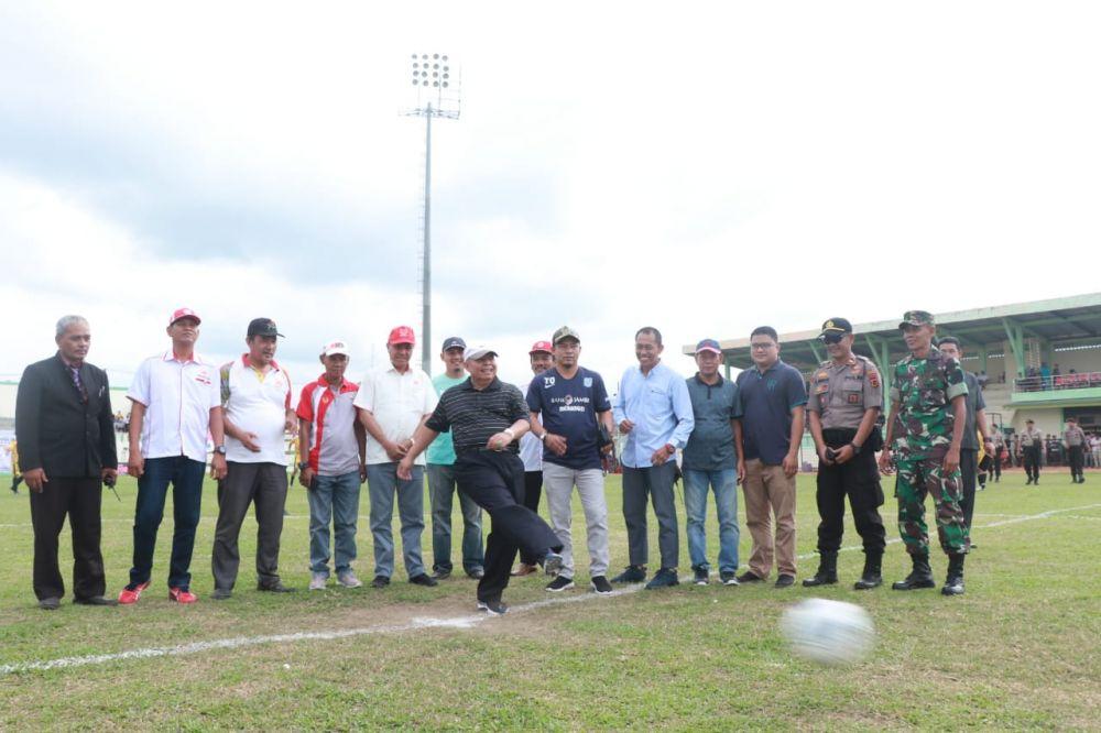 Safrial membuka pertandingan sepak bola porprov.