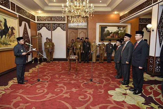 Gubernur saat melantik Pejabat Pimpinan Tinggi Pratama (Eselon II) dan Administrator (Eselon III) di Lingkungan Pemerintah Provinsi Jambi, di Ruang VIP Room Rumah Dinas Gubernur Jambi, Senin (25/11) sore.