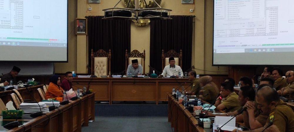 Ketua DPRD Muarojambi memimpin hering bersama wakil  Ketua.