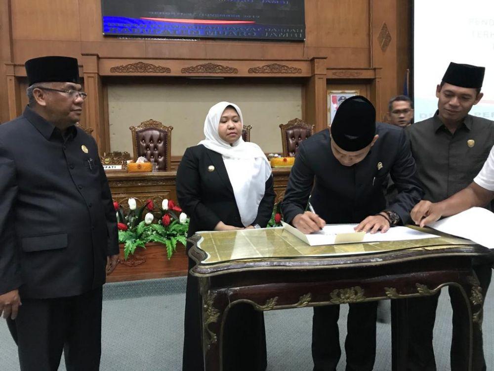 Ketua DPRD Muarojambi menandatangi berkas pengesahan APBD Muarojambi.