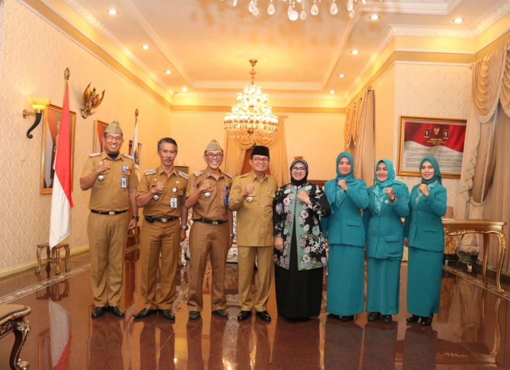 Gubernur Jambi, Dr.Drs.H.Fachrori Umar,M.Hum mewawancarai langsung calon camat teladan di Rumah Dinas Gubernur Jambi, Senin (2/12/19)