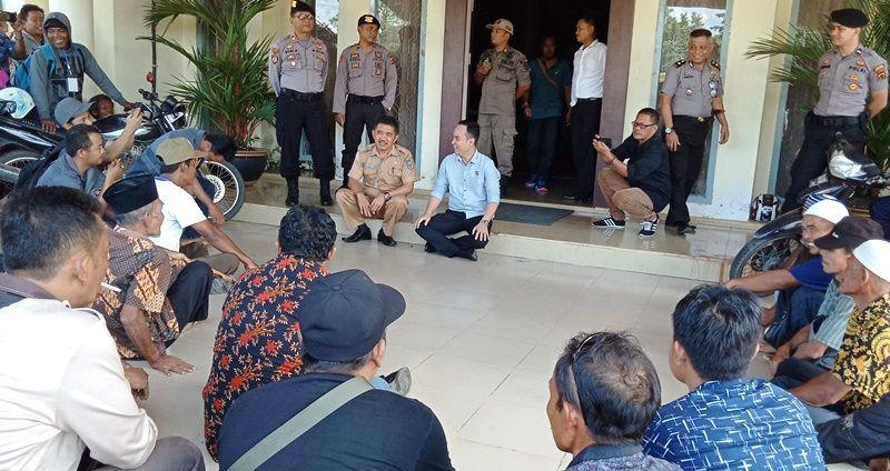 Waka DPRD Sarolangun, Aang Purnama didampingi Kabag Umum berdialog dengan pendemo