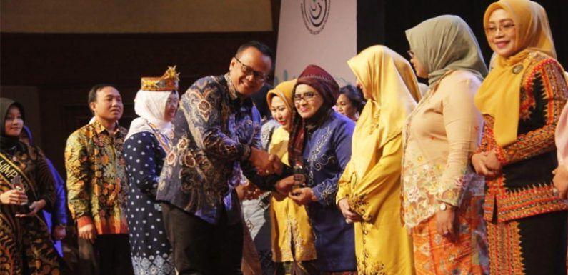 Hj Rahima Fachrori dianugerahi penghargaan dari Kementerian Kelautan dan Perikanan yang diserahlan oleh Menteri Kelautan Perikanan Republik Indonesia, Edhy Prabowo, di Jakarta Convention Centre (JCC), Jumat (13/12).