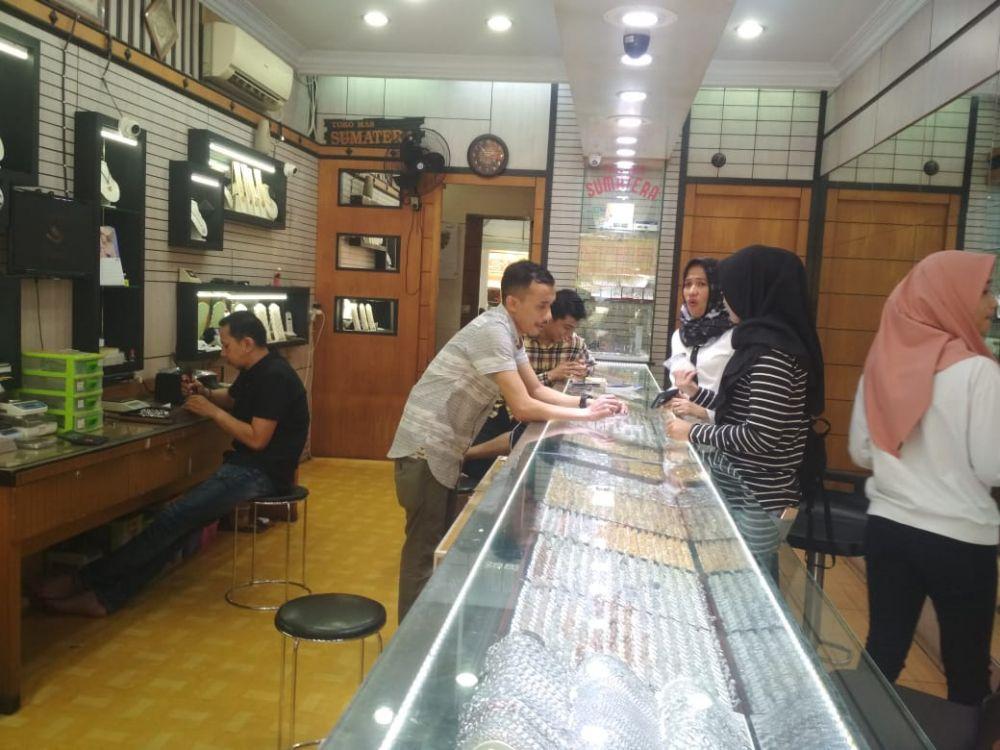 Aktivitas penjualan di salah satu toko emas.