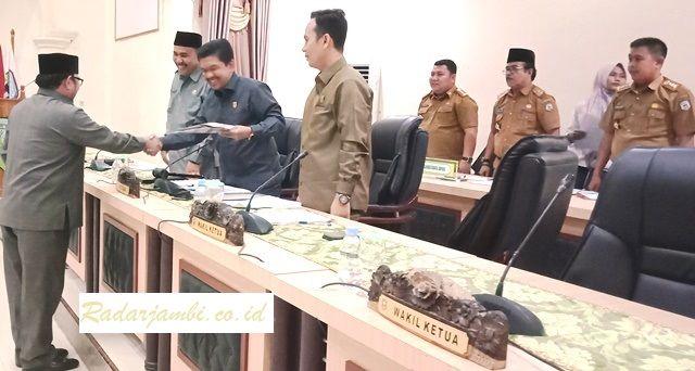 Drs H Pahrul Rozi, M.Si menyerahkan laporan Pansus kepada Ketua DPRD, Tontawi Jauhari SE