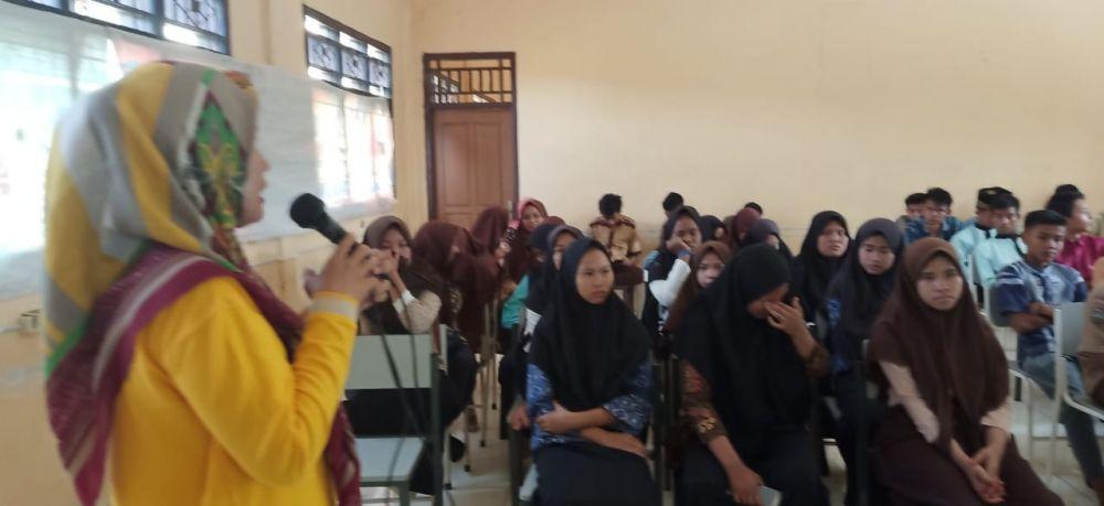 Kepala SMKN 7 Tebo, Ramayani, M.Pd memberikan penyuluhan pada siswanya.
