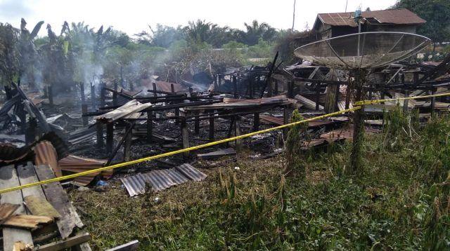 Rumah bedeng yang habis terbakar.