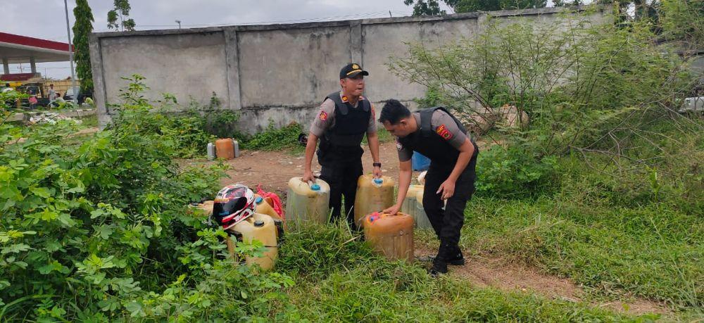 Kapolsek Tebo Tengah Iptu Moh Hasyim Asy'ari mengamankan Drigen berisikan bensin dibelakang SPBU.