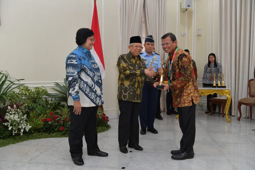 Wakil Presiden RI menyerahkan  penghargaan didampingi Menteri Lingkungan Hidup dan Kehutanan.