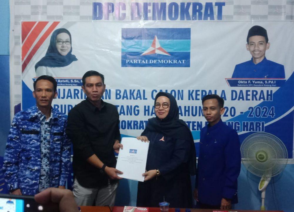 Fadhil mendaftar di DPC Demokrat Batanghari.