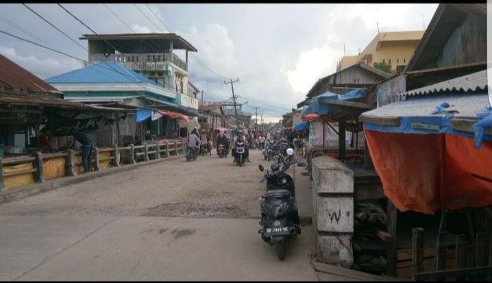 Beberapa pedagang Pasar Parit 1 terlihat masih berjualan diatas trotoar.