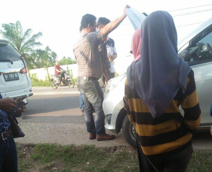 Tampak Aksi koboy Debt Collector saat melakukan penarikan mobil milik Alamsyah di Jalan umum