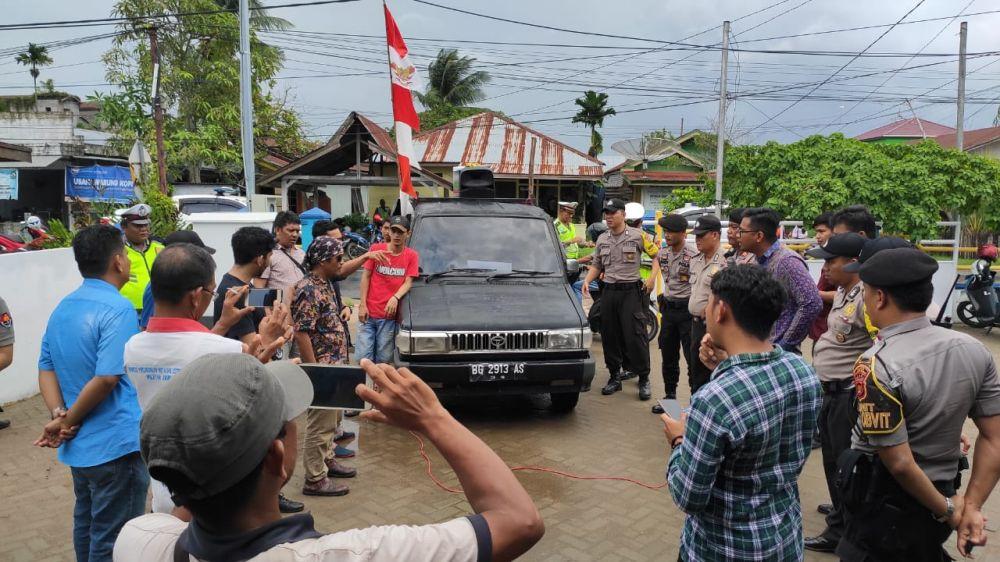 Aksi demo di kantor PLN Kualatungkal.