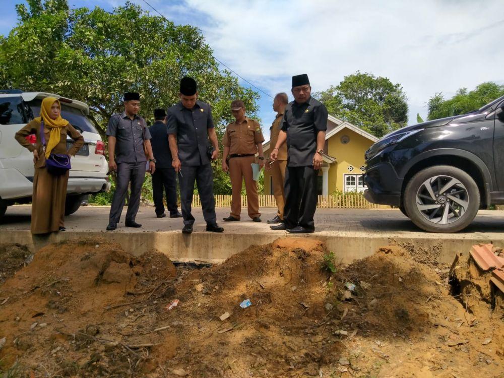 Anggota dewan Muarojambi mengecek pekerjaan jalan Sekumbung Rukam..
