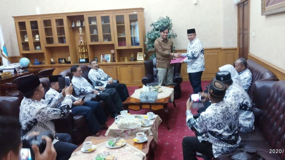 Ketua DPRD Provinsi Jambi, Edi Purwanto, menerima audiensi Pengurus Persatuan Guru Republik Indonesia (PGRI) Provinsi Jambi.