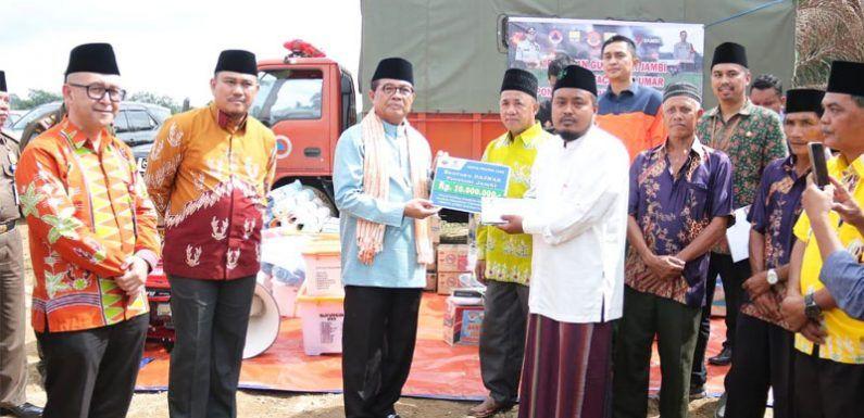 Fachrori saat memberikan bantuan kepada Pondok Pesantren yang terbakar, yakni Tahfizul Qur'an Ummul Quro,  Dusun Rantau Duku, Kecamatan Rantau Pandan, Kabupaten Bungo, Kamis (30/01).