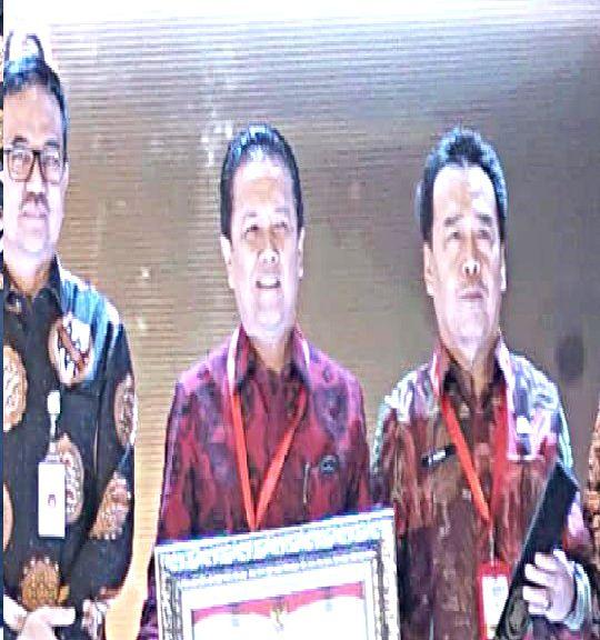 Bupati  Batanghari menerima penghargaan.