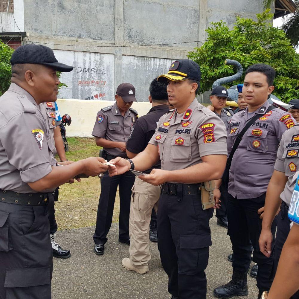 Waka Polres Tebo,  Kompol Mamit Suargi saat memimpin operasi Gaktibplin mengecek kesiapan dokumen anggota Polres.