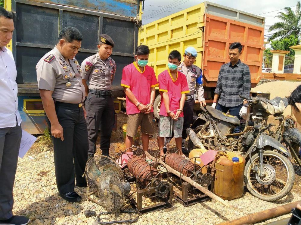 Polres Batanghari saat mengamankan dua pekerja ilegal drilling.