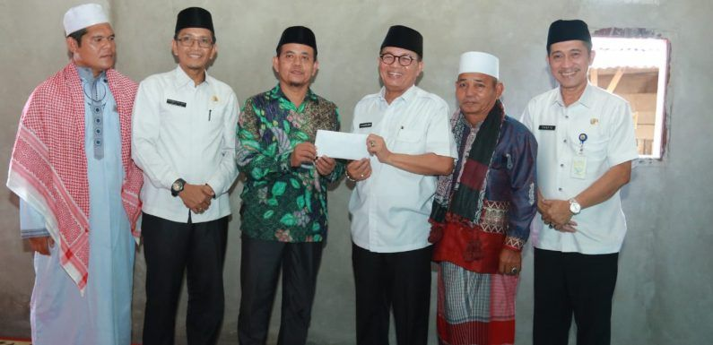 Gubernur Jambi Dr.Drs.H.Fachrori Umar, M.Hum bersilaturahmi ke Pondok Pesantren (Ponpes) Al-Madinah, Kelurahan Kampung Baru Kecamatan Muara Tembesi Kabupaten Batang Hari, Rabu (26/02/2020).