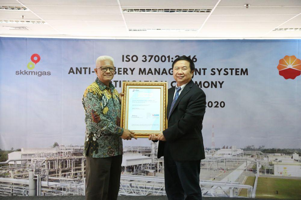 Direktur Utama PT Mutuagung Lestari Arifin Lambaga menyerahkan sertifikat ini kepada Presiden PetroChina Nie Changmou di Jakarta