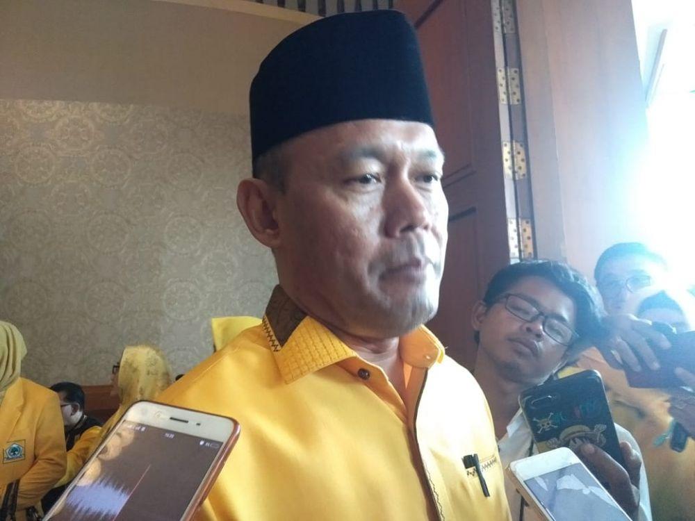 Sukandar memberikan keterangan pada wartawan.