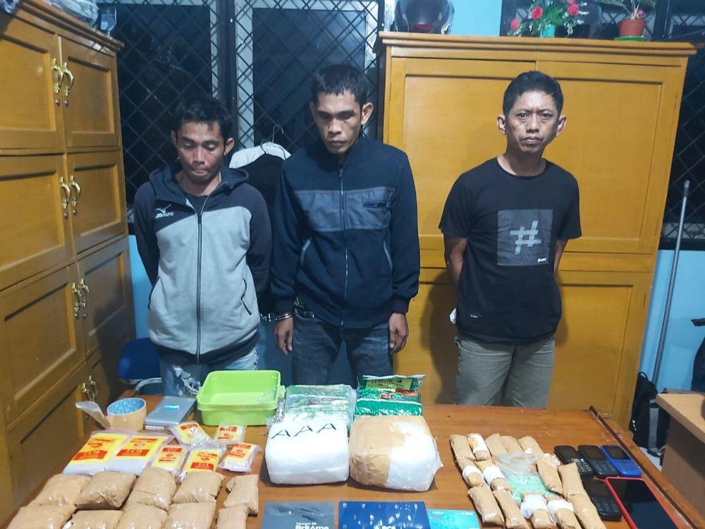 Tiga tersangka dan satu lagi permpuan pemilik Narkoba, dua diantaranya warga Kualatungkal.