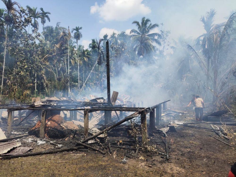 Rumah warga yang hangus terbakar