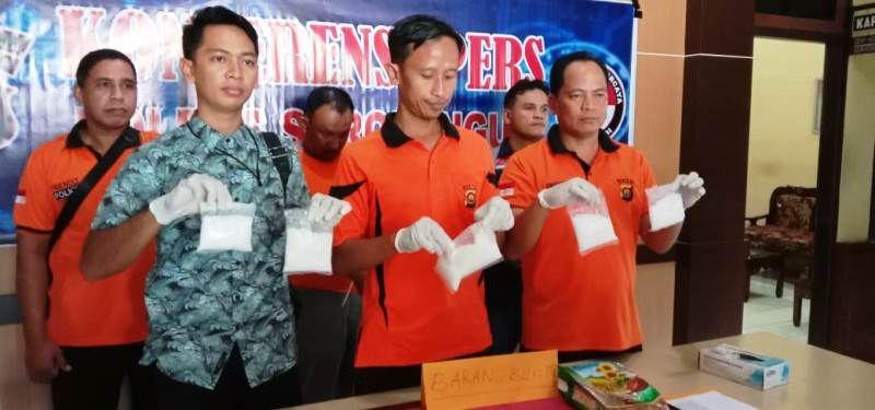 Kapolres Sarolangun, AKBP Deny Heryanto (Tengah), Waka Polres Kompol Husni Thamrin (Kanan) dan Kasat Narkoba, IPTU Lumbrian Hayudi Putra SIK (Kiri)