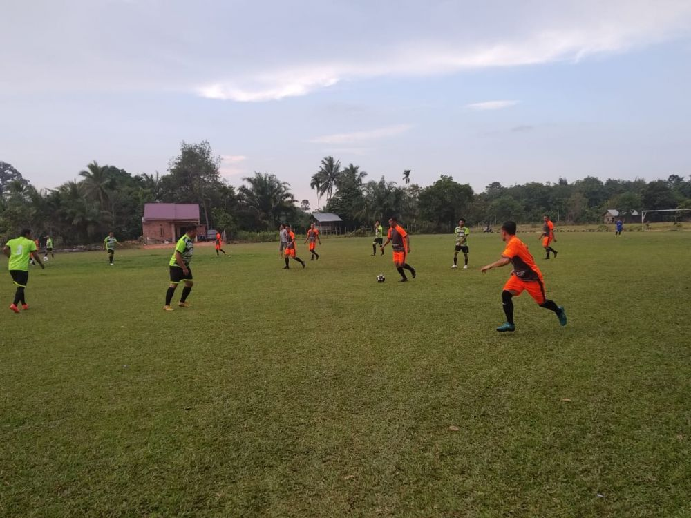 Laga persahabatan antara Pers FC dengan PS Muarojambi Legend di Lapangan Sepakbola Pijoan, Kabupaten Mauroajambi, Sabtu (14/3),