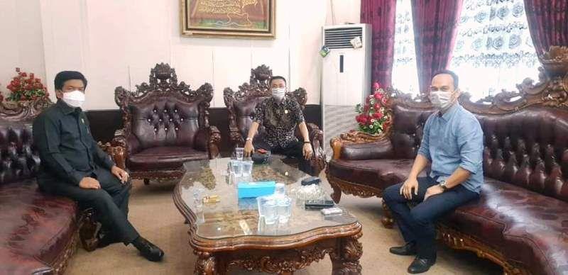 Pimpinan DPRD Sarolangun, Tontawi Jauhari SE, Aang Purnama SE MM dan Syahrial Gunawan menerapkan social distancing dalam pelaksanaan rapat internal