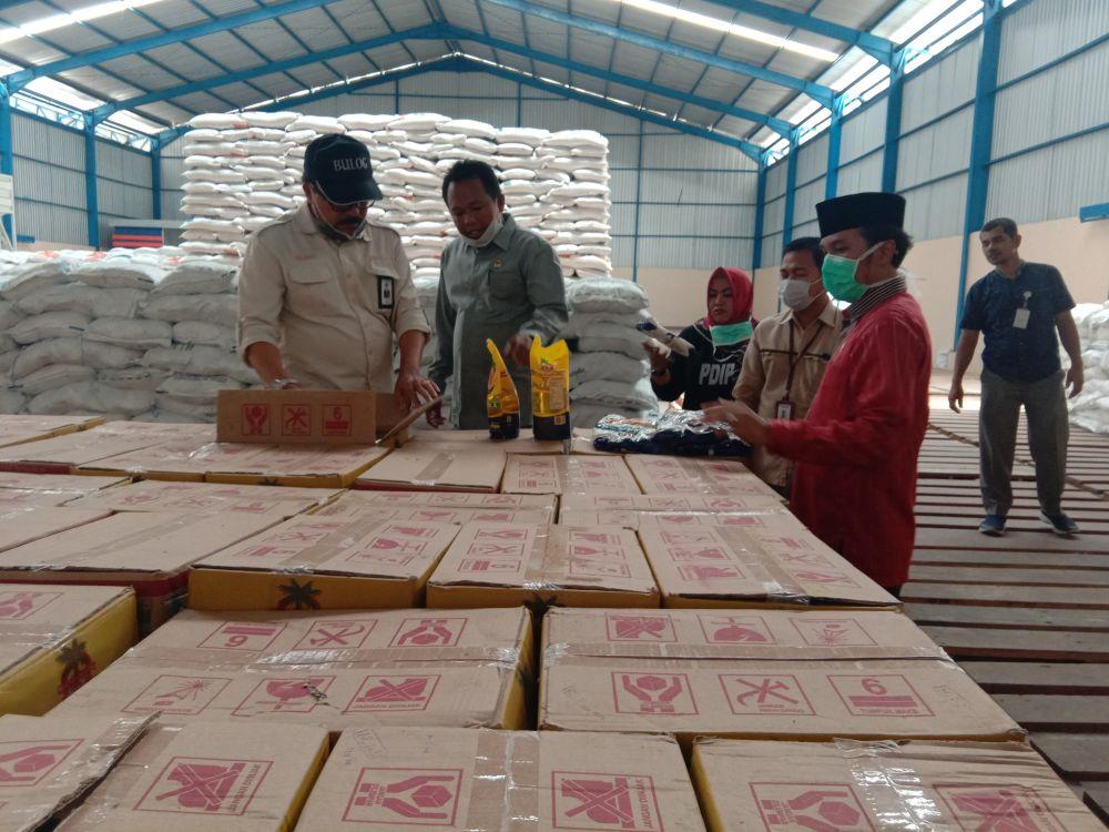 Ketua DPRD Provinsi Jambi, Edi Purwanto, melakukan peninjauan ke Bulog untuk memastikan kesediaan bahan Pangan, Senin (23/3).