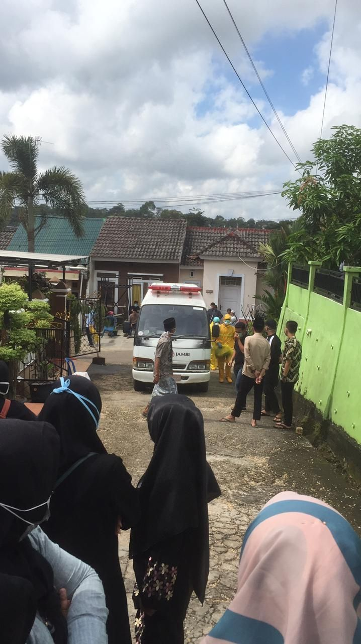 Suasana dikediaman rumah duka Sekretaris DPRD  Kabupaten Muaro Jambi Dedi Susilo.