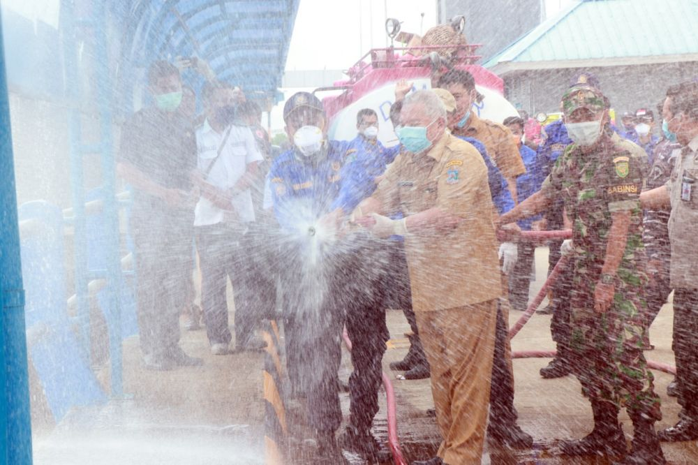 Bupati Tanjabbar Semprot Disinfektan di Pelabuhan Roro Kualatungkal