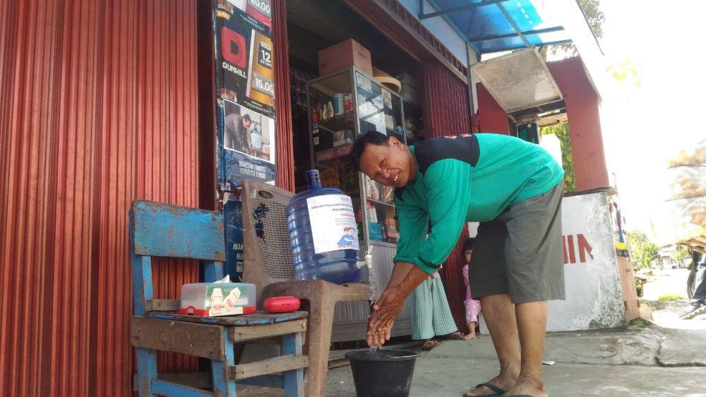 Hand sanitazer yang disediakan pemilik warung  di Desa Sebukar untuk pembeli.