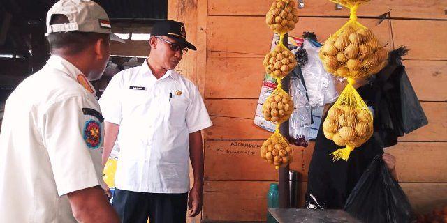 Kadis Perindagkop, Kasiyadi saat meninjau kondisi pedagang di Pasar Singkut, beberapa waktu yang lalu