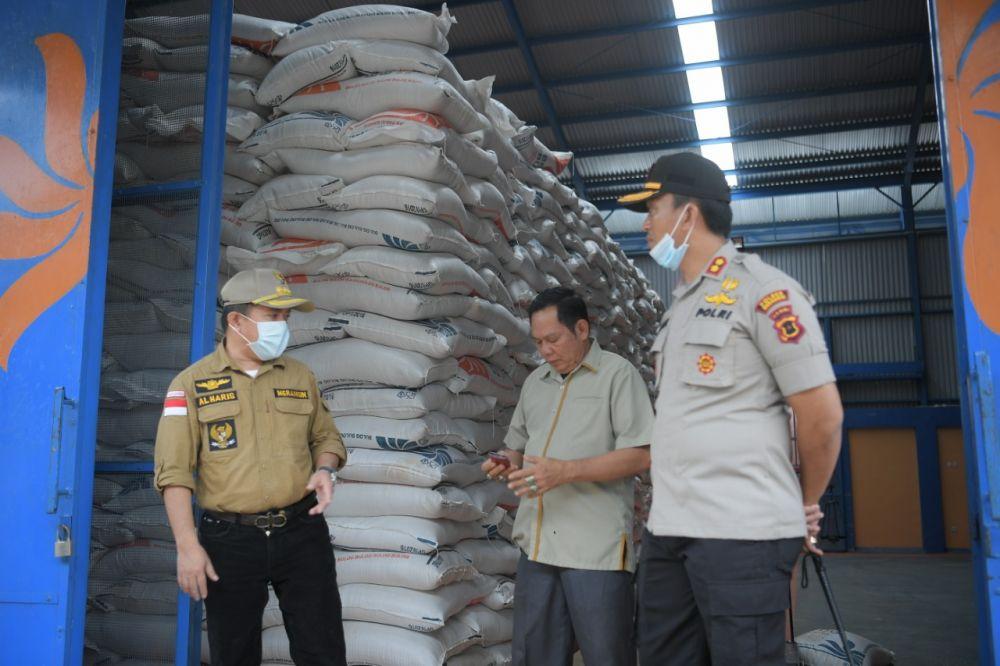 Al Haris mengecek kesediaan beras di Merangin