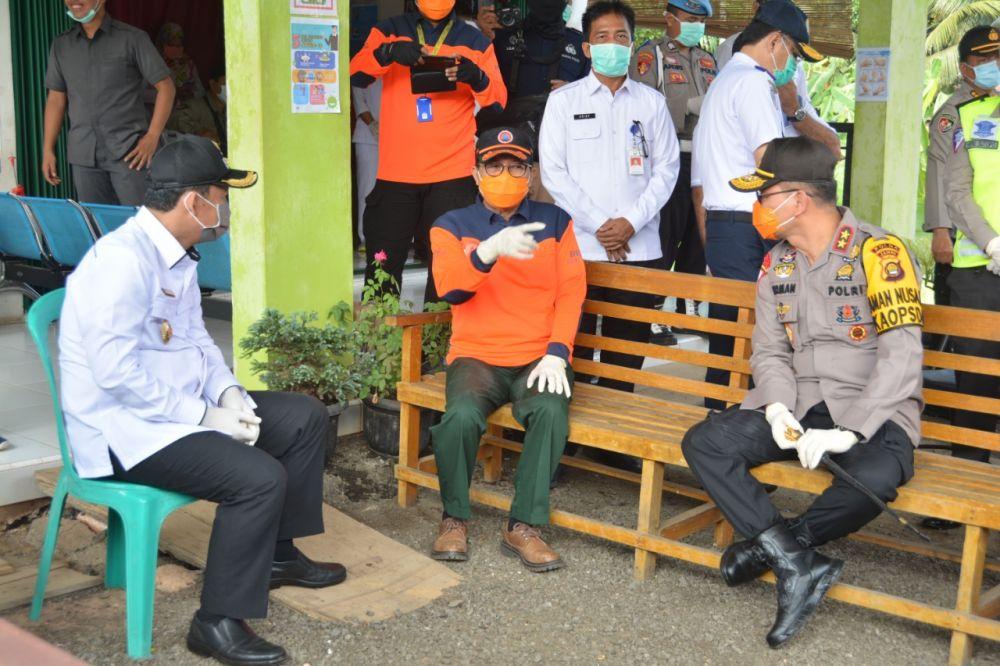 Wabup Bambang Bayu Suseno mendampingi gubernur memantau pos pemeriksaan covid 19 perbatasan Jambi-Palembang